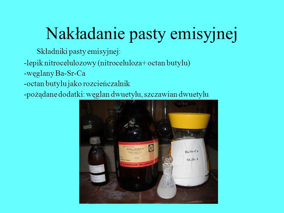 Nakładanie pasty emisyjnej Składniki pasty emisyjnej: -lepik nitrocelulozowy (nitroceluloza+ octan butylu) -węglany Ba-Sr-Ca -octan butylu jako rozcie