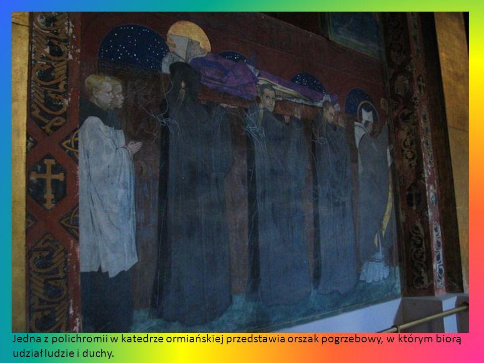 Wnętrze katedry ormiańskiej przenosi nas jakby do innego świata. Na kopule znajduję się mozaika Mehoffera.