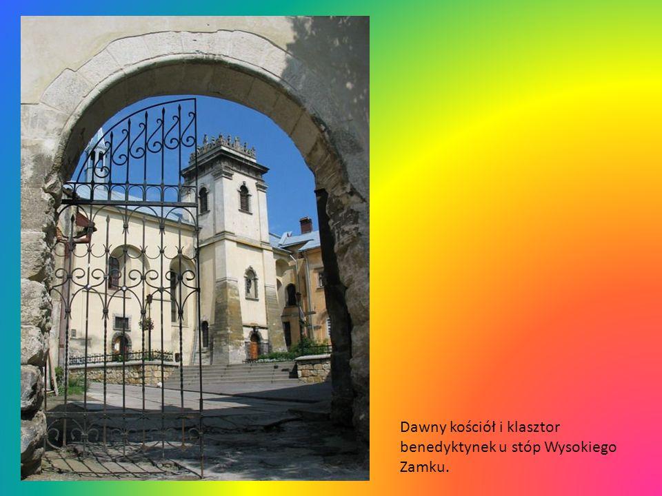 Chrystus Frasobliwy na latarni Kaplicy Boimów koło katedry.
