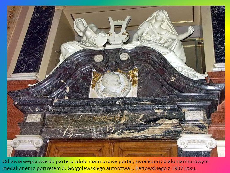 Odrzwia wejściowe do parteru zdobi marmurowy portal, zwieńczony białomarmurowym medalionem z portretem Z.