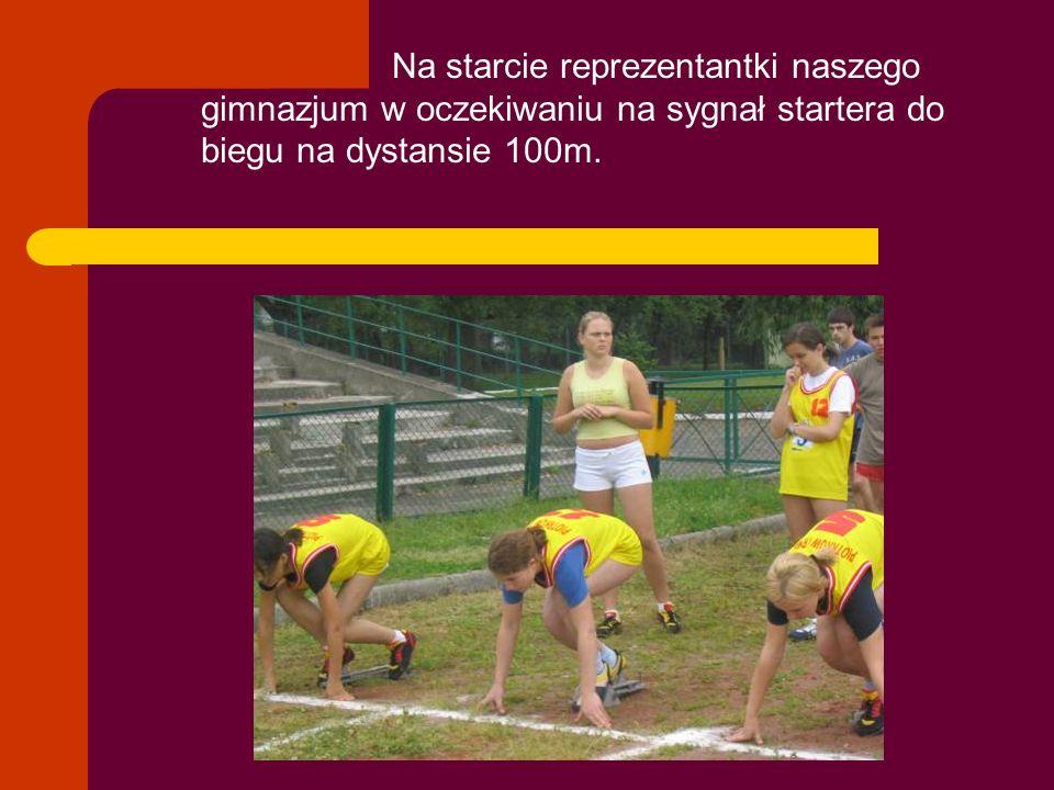 W bieżącym roku szkolnym dziewczęta z naszego gimnazjum odniosły wiele indywidualnych sukcesów sportowych rywalizując ze sobą na: s skoczni r rzutni bieżni