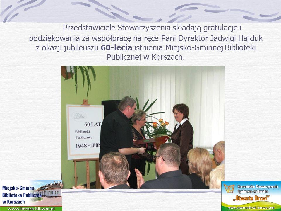 Przedstawiciele Stowarzyszenia składają gratulacje i podziękowania za współpracę na ręce Pani Dyrektor Jadwigi Hajduk z okazji jubileuszu 60-lecia ist