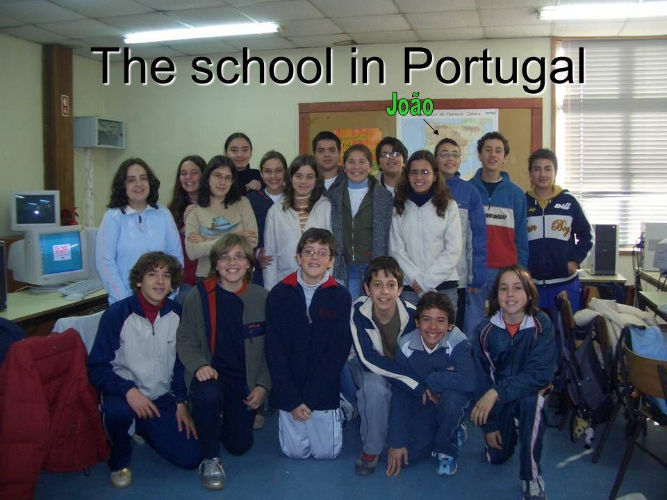 Budynek szkoły partnerskiej z Portugalii z miasta Queluz, dalej jedna z prezentacji o systemie edukacji w tym kraju