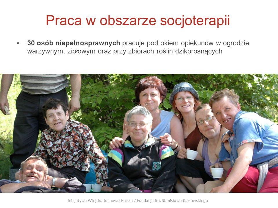 Praca w obszarze socjoterapii 30 osób niepełnosprawnych pracuje pod okiem opiekunów w ogrodzie warzywnym, ziołowym oraz przy zbiorach roślin dzikorosn