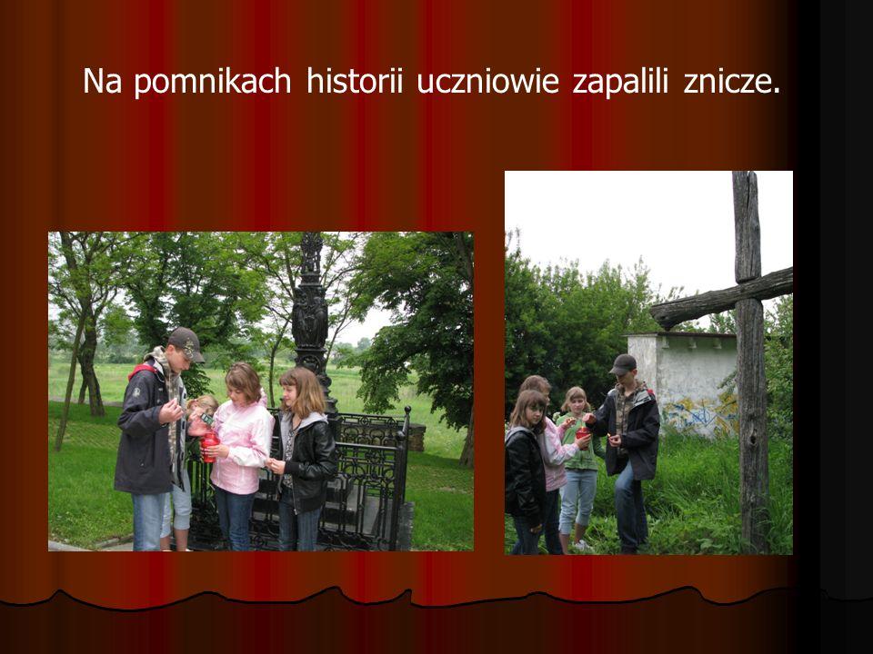 Na pomnikach historii uczniowie zapalili znicze.