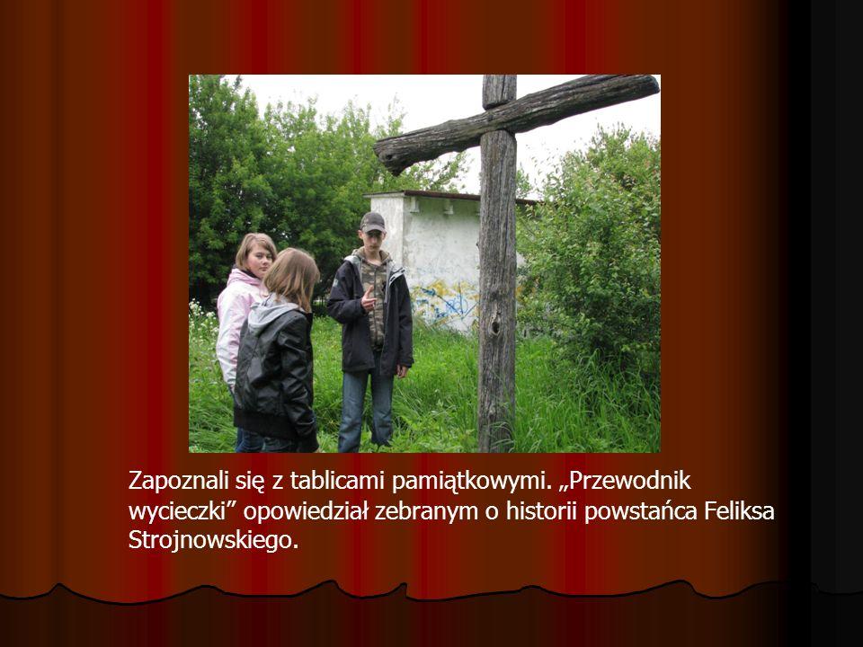 Zapoznali się z tablicami pamiątkowymi. Przewodnik wycieczki opowiedział zebranym o historii powstańca Feliksa Strojnowskiego.