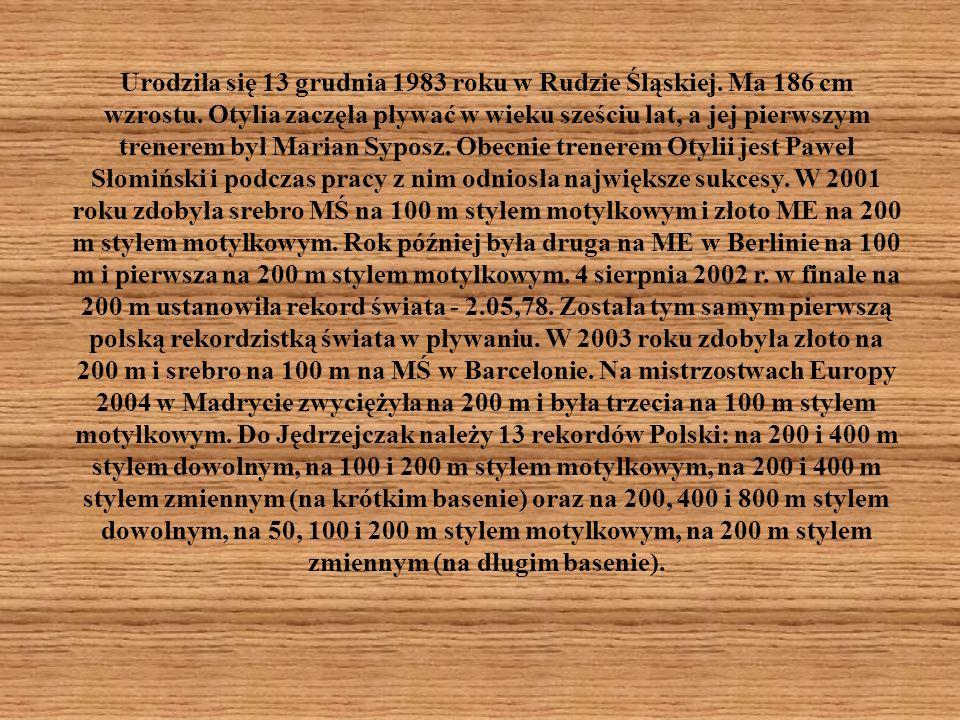Urodziła się 13 grudnia 1983 roku w Rudzie Śląskiej. Ma 186 cm wzrostu. Otylia zaczęła pływać w wieku sześciu lat, a jej pierwszym trenerem był Marian