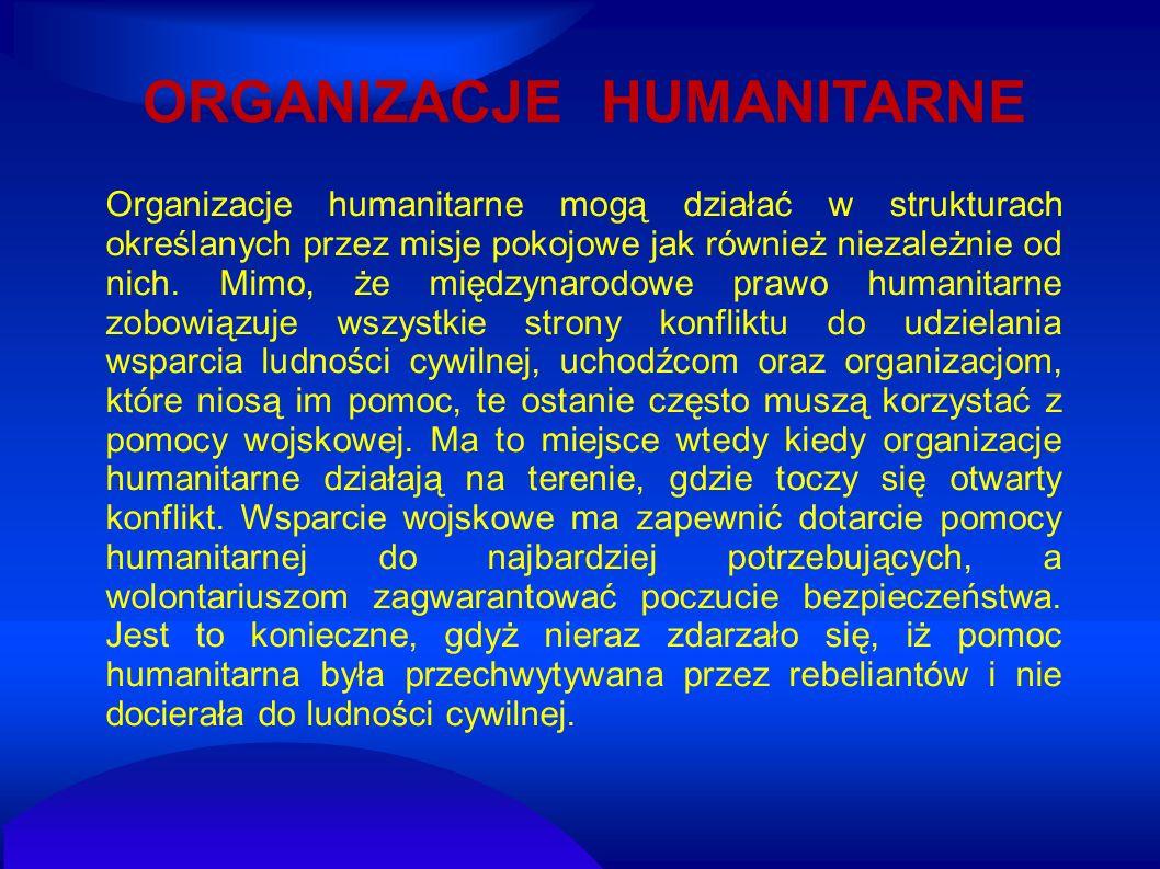 Organizacje humanitarne mogą działać w strukturach określanych przez misje pokojowe jak również niezależnie od nich. Mimo, że międzynarodowe prawo hum