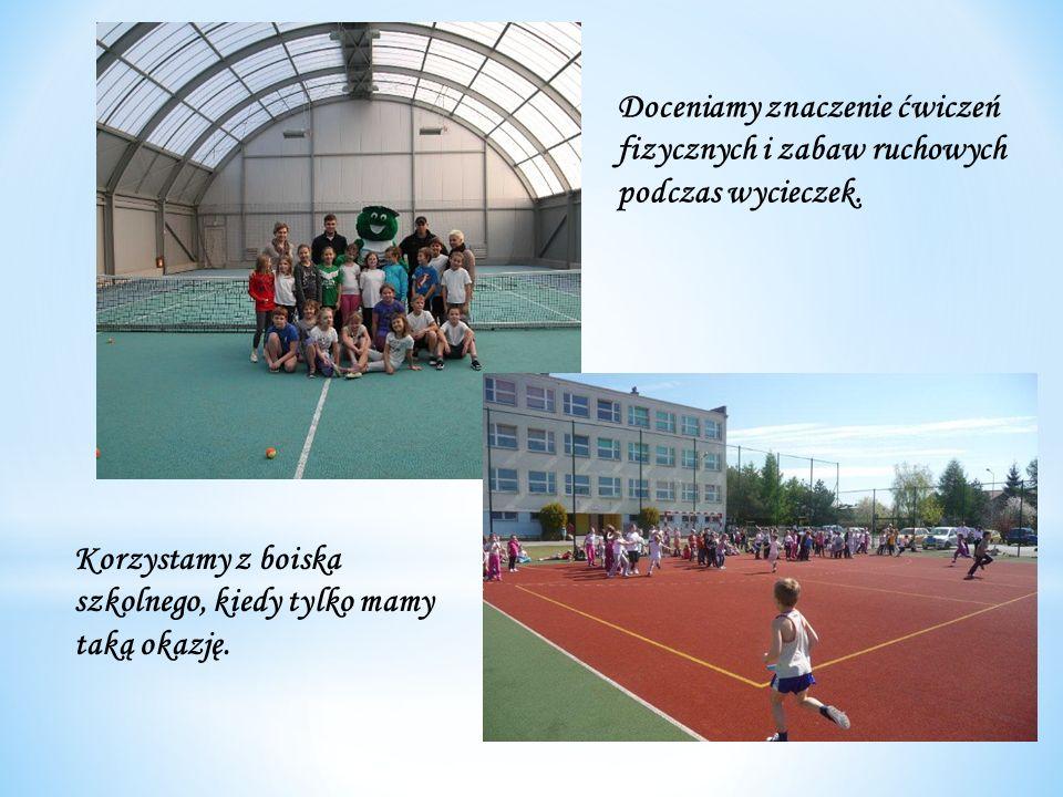 Doceniamy znaczenie ćwiczeń fizycznych i zabaw ruchowych podczas wycieczek. Korzystamy z boiska szkolnego, kiedy tylko mamy taką okazję.