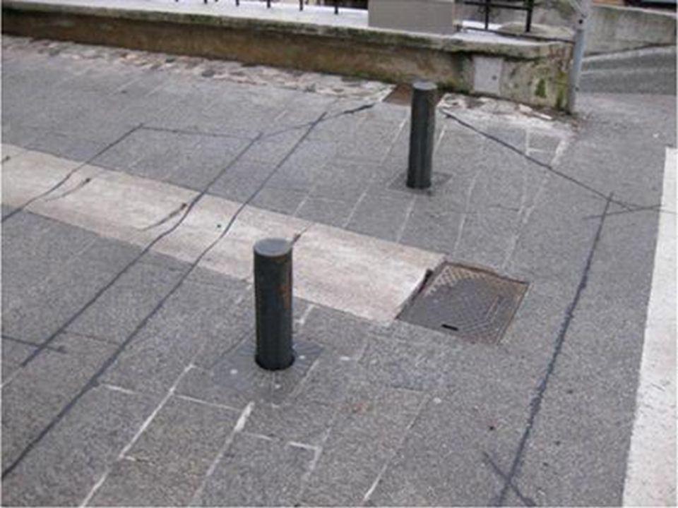 Propozycje w zakresie uspokojenia ruchu na ulicy Piotrkowskiej – strefa zamieszkania: Pieszy może się poruszać swobodnie po całej udostępnionej do użytku publicznego przestrzeni i ma pierwszeństwo przed pojazdami (kierujący musi ustąpić pieszemu w każdym wypadku).
