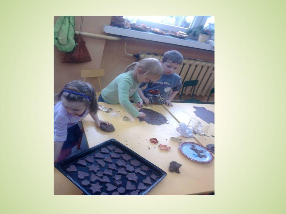 Zajęcia dodatkowe dostosowane do wieku dzieci: Rytmika Język angielski Religia Sekcja szachowa Logopedia Chór przedszkolny Śpiewająca Łączka