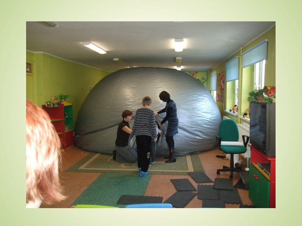 Zapewniamy: Wykwalifikowaną i doświadczoną kadrę pedagogiczną otwartą na potrzeby dzieci, Nowoczesne metody i sprawdzone formy pracy z dziećmi, Opiekę specjalistyczną, Życzliwą i miłą atmosferę, Zaangażowany w swoją pracę personel.