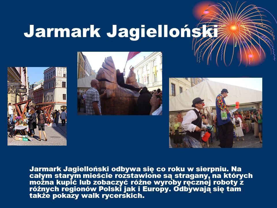 Jarmark Jagielloński Jarmark Jagielloński odbywa się co roku w sierpniu. Na całym starym mieście rozstawione są stragany, na których można kupić lub z