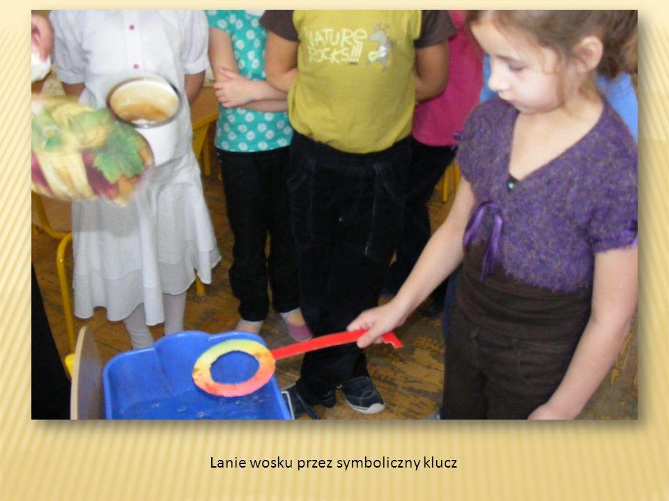 Lanie wosku przez symboliczny klucz