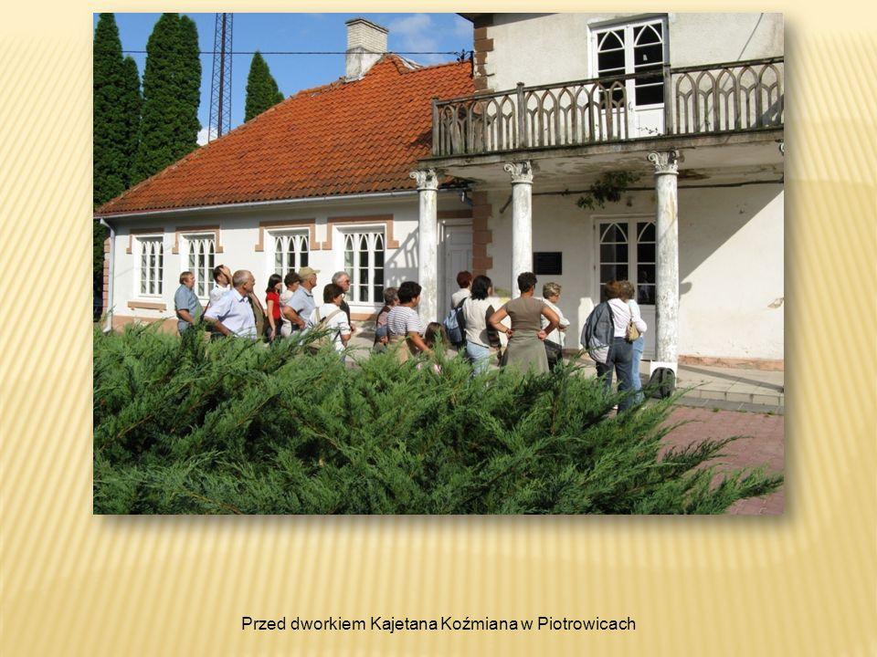 Przed dworkiem Kajetana Koźmiana w Piotrowicach