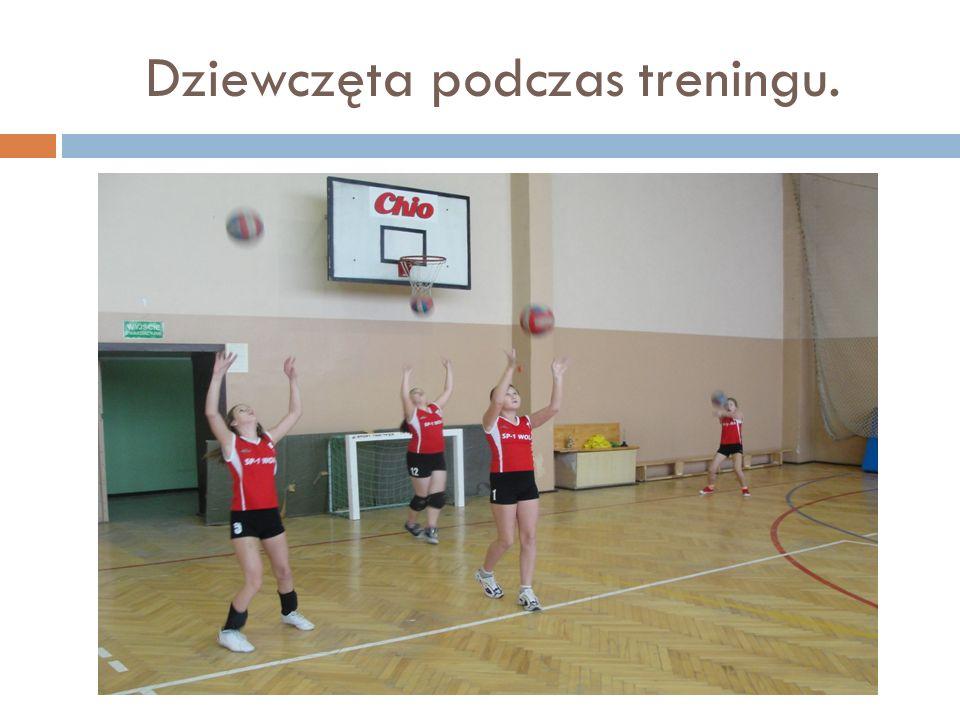 Dziewczęta podczas treningu.