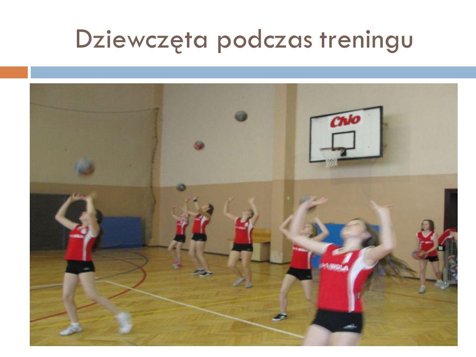 Dziewczęta podczas treningu