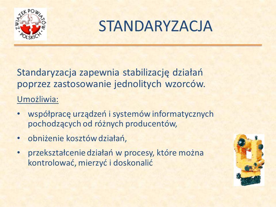 STANDARYZACJA Standaryzacja zapewnia stabilizację działań poprzez zastosowanie jednolitych wzorców. Umożliwia: współpracę urządzeń i systemów informat