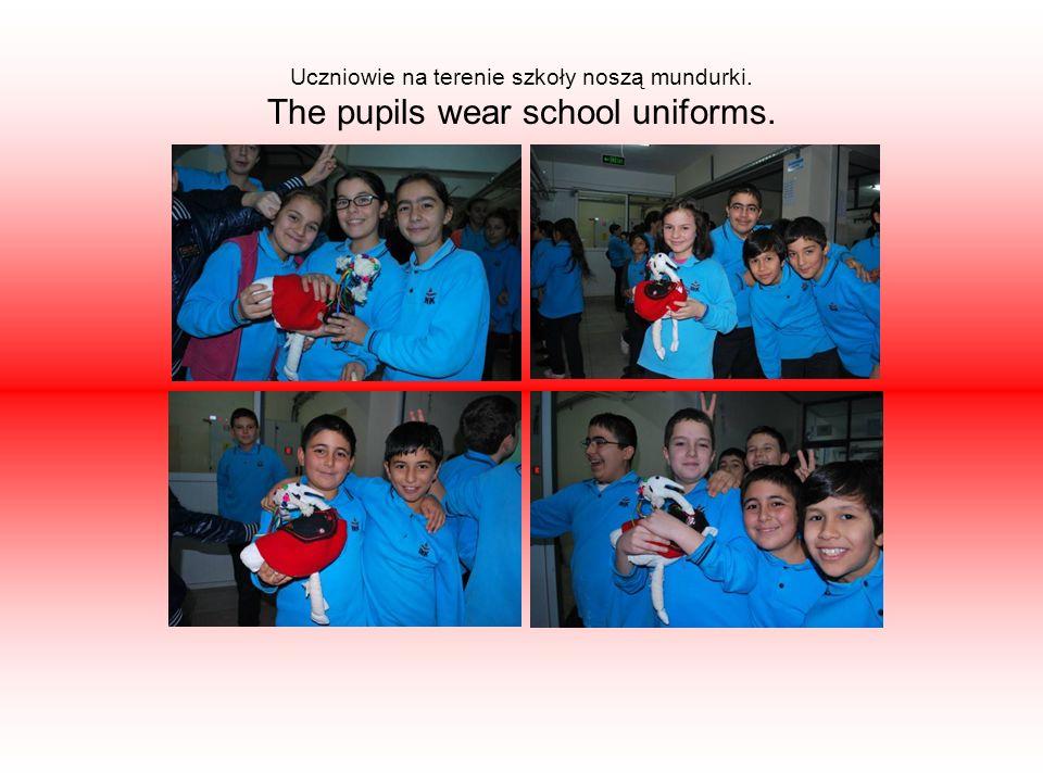 Uczniowie na terenie szkoły noszą mundurki. The pupils wear school uniforms.