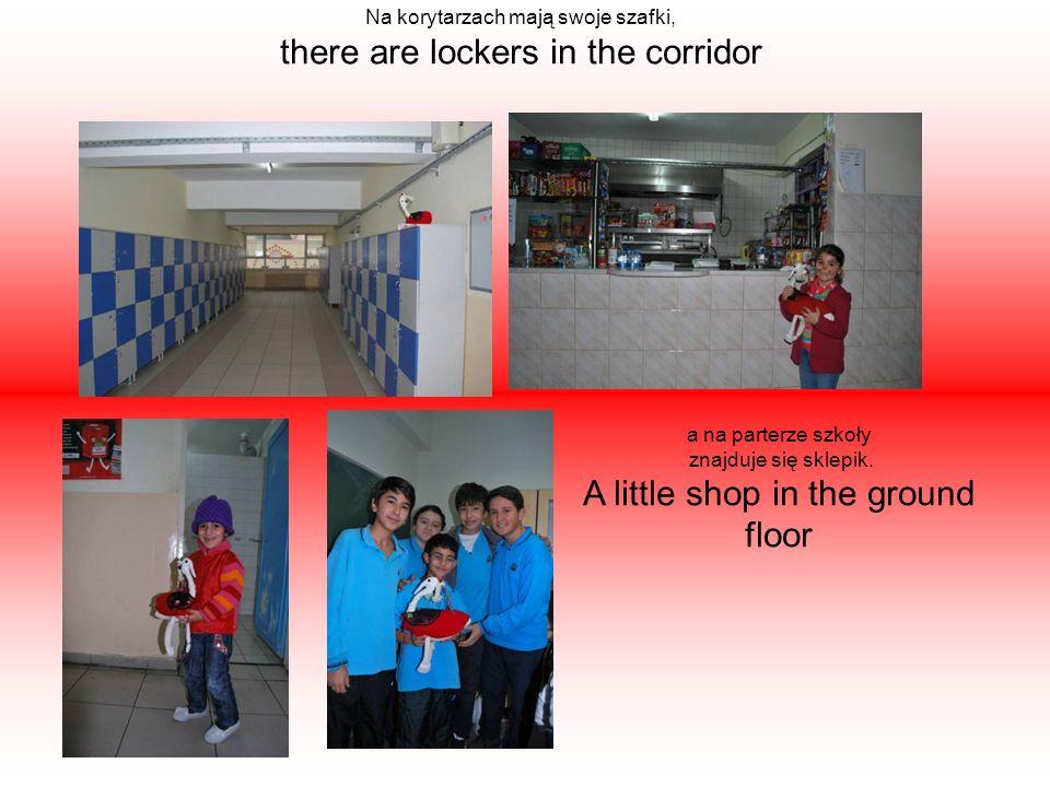 Na korytarzach mają swoje szafki, there are lockers in the corridor a na parterze szkoły znajduje się sklepik.