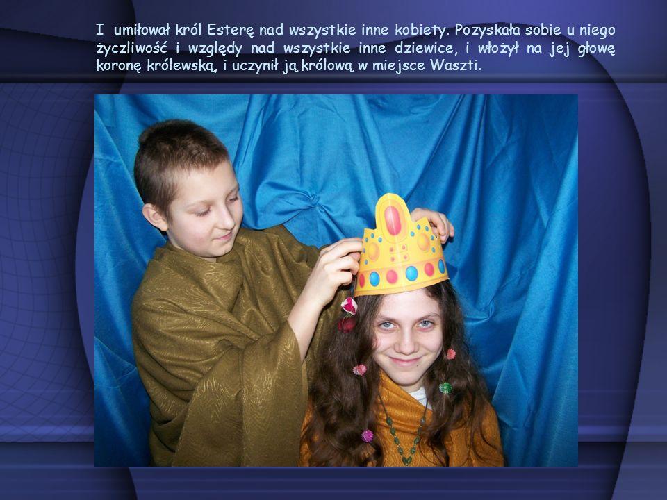 I umiłował król Esterę nad wszystkie inne kobiety. Pozyskała sobie u niego życzliwość i względy nad wszystkie inne dziewice, i włożył na jej głowę kor