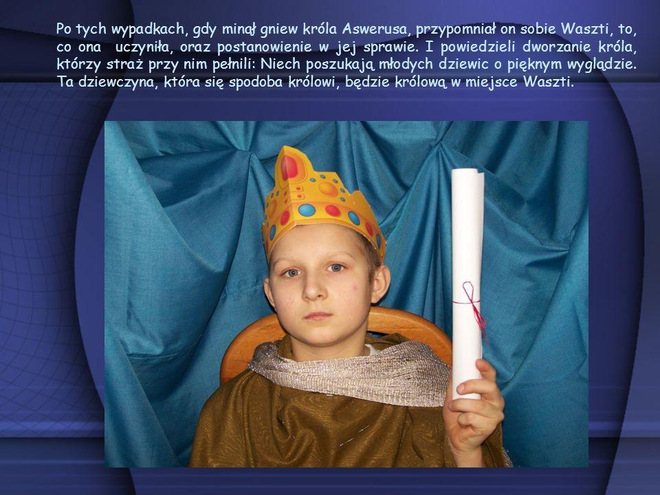 Po tych wypadkach, gdy minął gniew króla Aswerusa, przypomniał on sobie Waszti, to, co ona uczyniła, oraz postanowienie w jej sprawie. I powiedzieli d