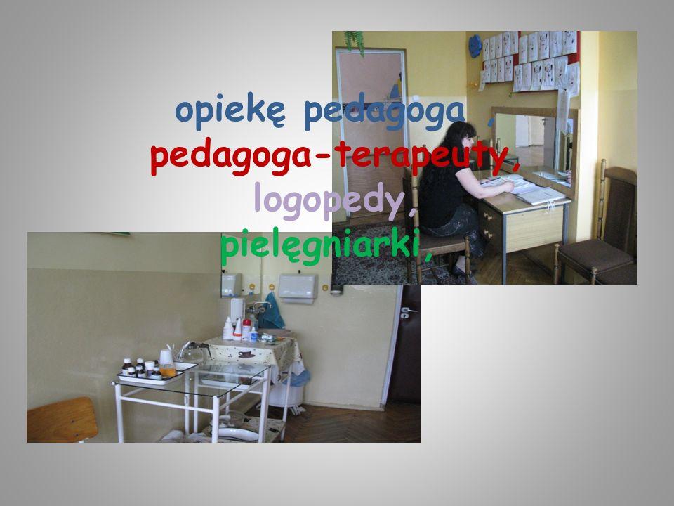 opiekę pedagoga, pedagoga-terapeuty, logopedy, pielęgniarki,