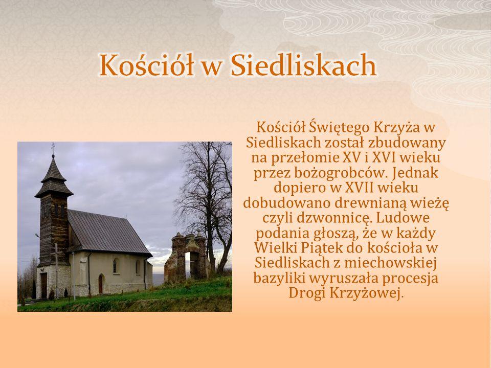 Kościół Świętego Krzyża w Siedliskach został zbudowany na przełomie XV i XVI wieku przez bożogrobców. Jednak dopiero w XVII wieku dobudowano drewnianą