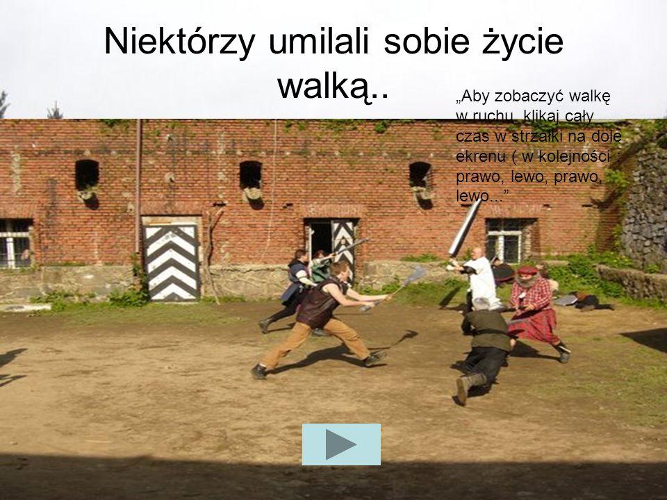 Niektórzy umilali sobie życie walką.. Aby zobaczyć walkę w ruchu, klikaj cały czas w strzałki na dole ekrenu ( w kolejności : prawo, lewo, prawo, lewo