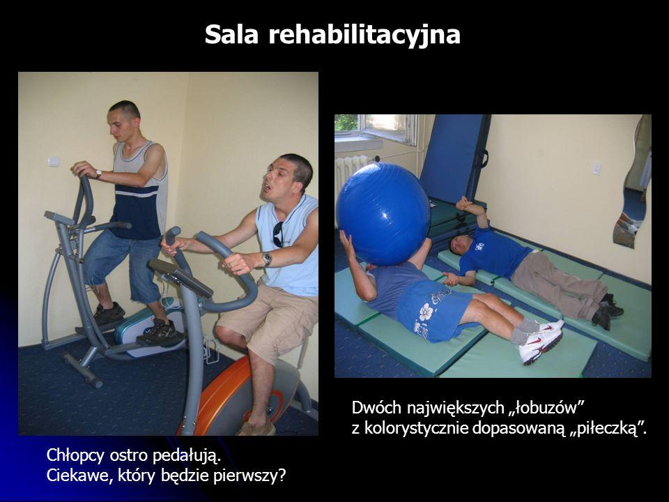 Sala rehabilitacyjna Chłopcy ostro pedałują. Ciekawe, który będzie pierwszy.