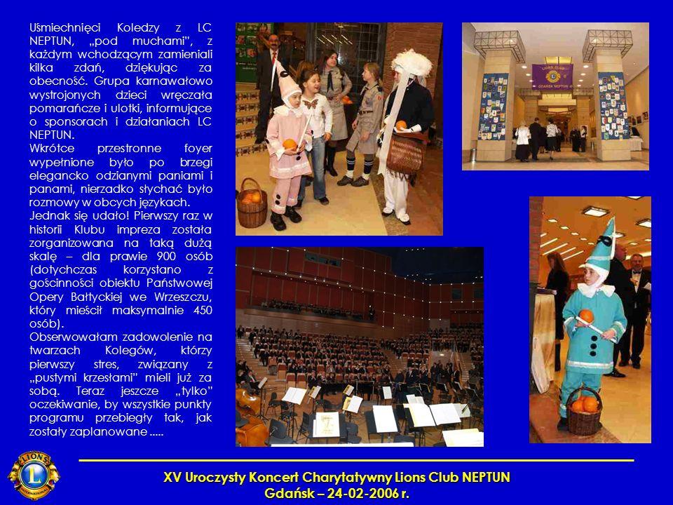 XV Uroczysty Koncert Charytatywny Lions Club NEPTUN Gdańsk – 24-02-2006 r. Uśmiechnięci Koledzy z LC NEPTUN, pod muchami, z każdym wchodzącym zamienia
