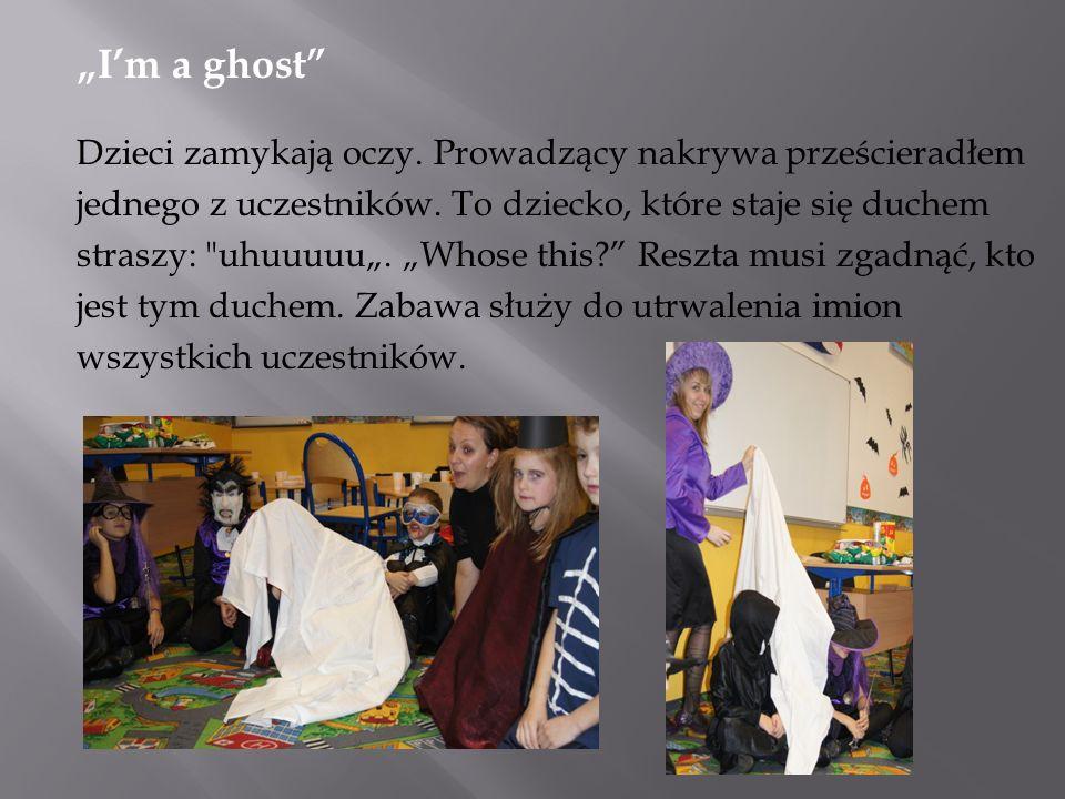 Im a ghost Dzieci zamykają oczy. Prowadzący nakrywa prześcieradłem jednego z uczestników.