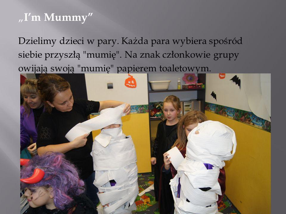Im Mummy Dzielimy dzieci w pary. Każda para wybiera spośród siebie przyszłą mumię .