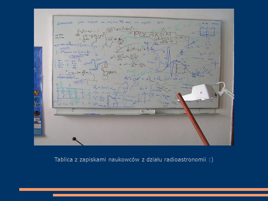 Ja na tle największej w Polsce anteny odbierającej promieniowanie elektromagnetyczne z kosmosu (średnica czaszy 32 m)