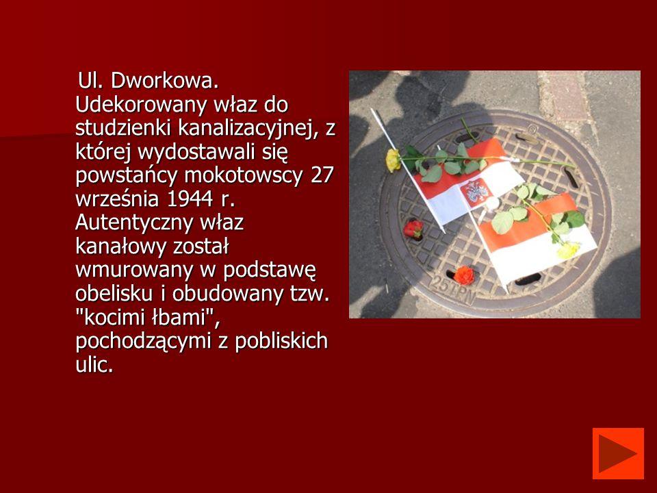 Ul. Dworkowa. Udekorowany właz do studzienki kanalizacyjnej, z której wydostawali się powstańcy mokotowscy 27 września 1944 r. Autentyczny właz kanało