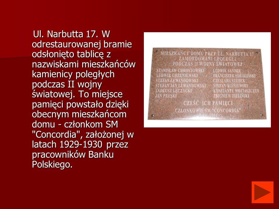 Ul. Narbutta 17. W odrestaurowanej bramie odsłonięto tablicę z nazwiskami mieszkańców kamienicy poległych podczas II wojny światowej. To miejsce pamię