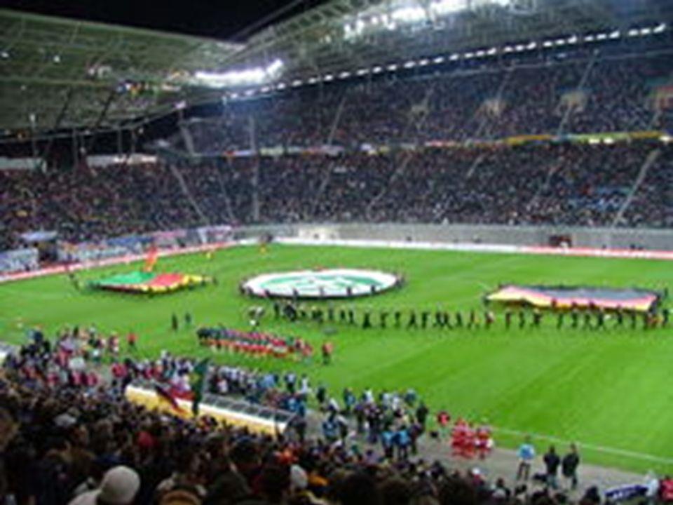 Mecze rozgrywane są na polu gry wyznaczonym w postaci prostokąta o szerokości od 45 m do 90 m i długości od 90 m do 120 m (przy jednoczesnym zastrzeżeniu, że boisko nie może być kwadratem, dla meczów międzynarodowych od marca 2008 roku FIFA ustanowiła wymiary boisk 105x68).
