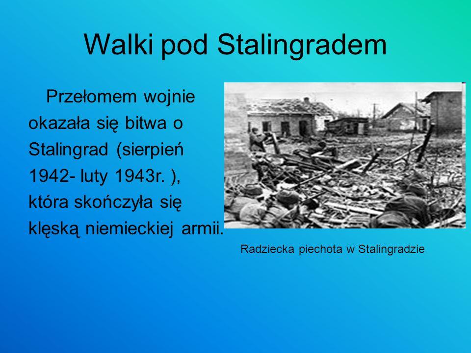 Walki pod Stalingradem Przełomem wojnie okazała się bitwa o Stalingrad (sierpień 1942- luty 1943r. ), która skończyła się klęską niemieckiej armii. Ra