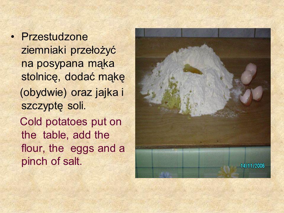 Przestudzone ziemniaki przełożyć na posypana mąka stolnicę, dodać mąkę (obydwie) oraz jajka i szczyptę soli. Cold potatoes put on the table, add the f