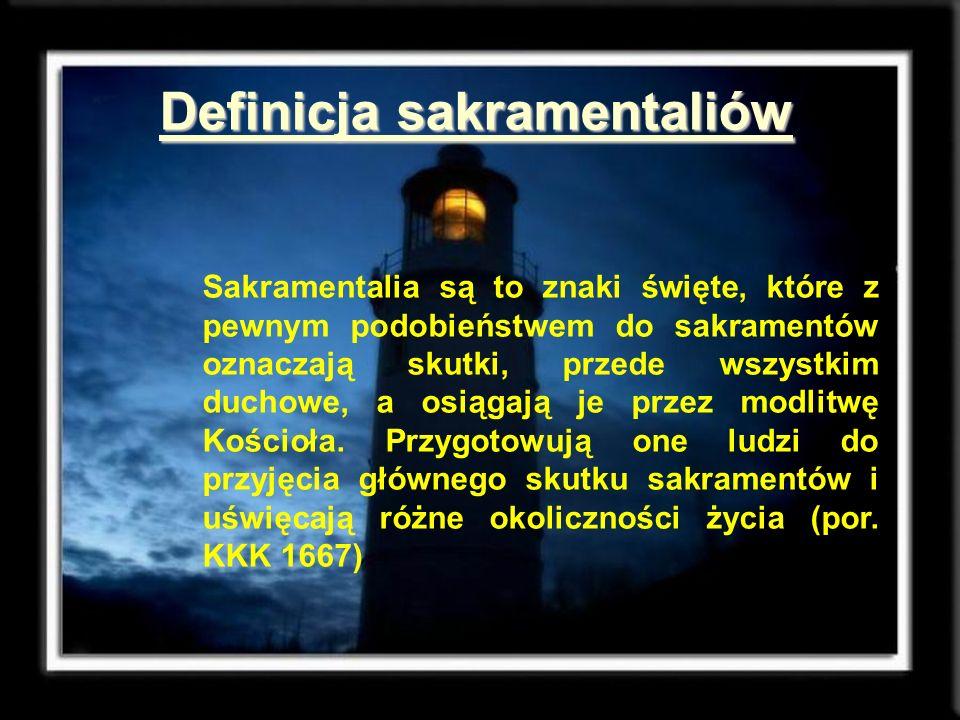 Cechy charakterystyczne sakramentaliów Sakramentalia zostały ustanowione przez Kościół; Uświęcają one pewne posługi, miejsca, stany życia oraz rzeczy potrzebnych człowiekowi; Zawierają modlitwę, której towarzyszy jakiś znak (pokropienie wodą, znak krzyża, nałożenie rąk).