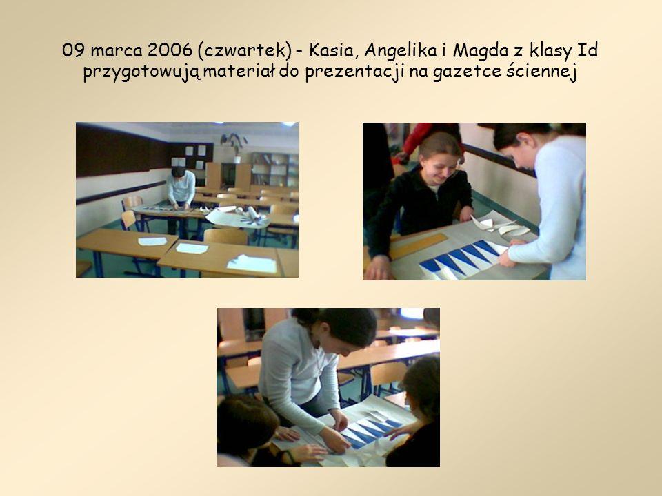 09 marca 2006 (czwartek) - Kasia, Angelika i Magda z klasy Id przygotowują materiał do prezentacji na gazetce ściennej