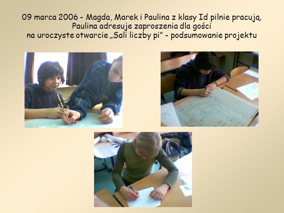 09 marca 2006 - Magda, Marek i Paulina z klasy Id pilnie pracują. Paulina adresuje zaproszenia dla gości na uroczyste otwarcie Sali liczby pi - podsum
