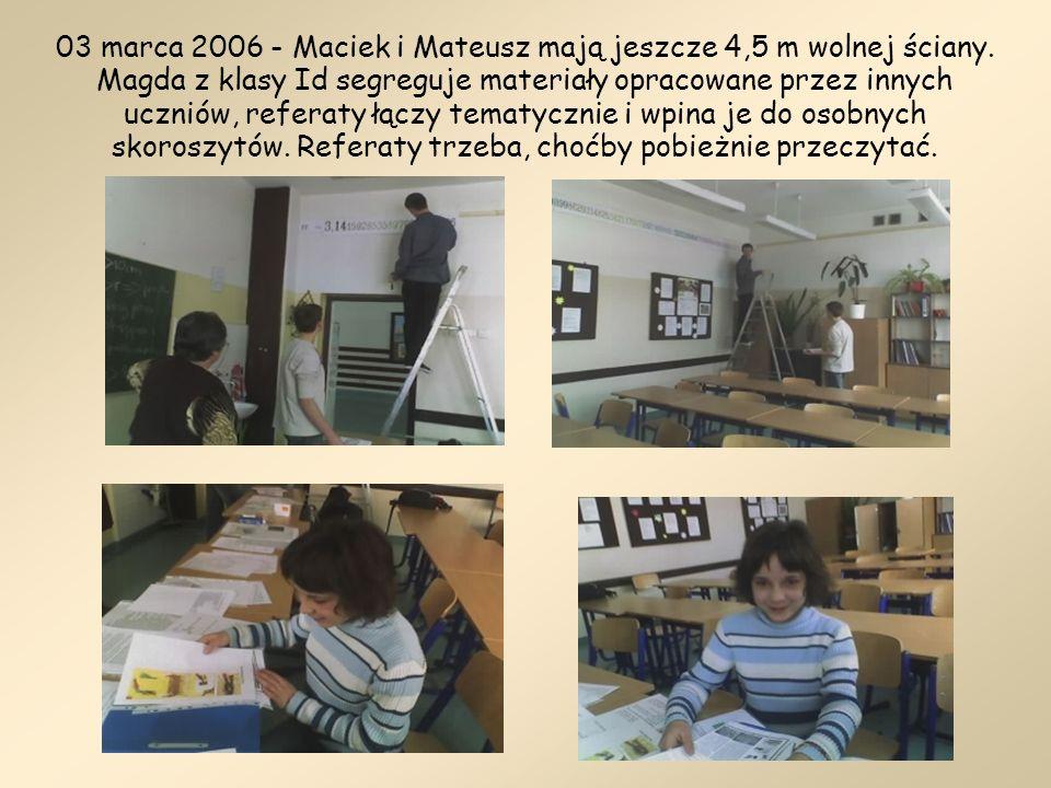 03 marca 2006 - Maciek i Mateusz mają jeszcze 4,5 m wolnej ściany. Magda z klasy Id segreguje materiały opracowane przez innych uczniów, referaty łącz