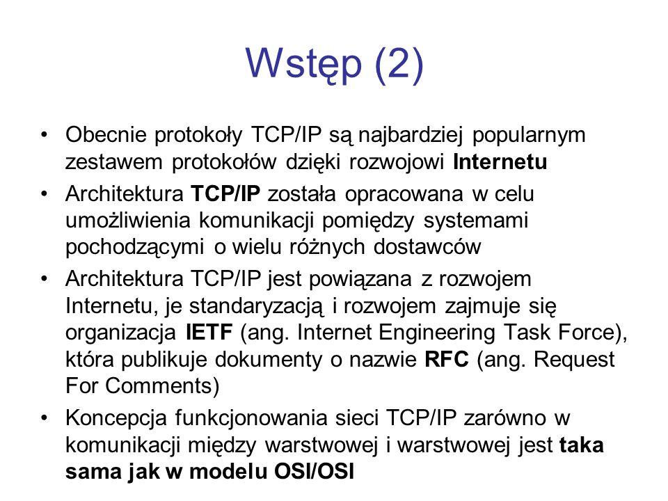 Wstęp (2) Obecnie protokoły TCP/IP są najbardziej popularnym zestawem protokołów dzięki rozwojowi Internetu Architektura TCP/IP została opracowana w c