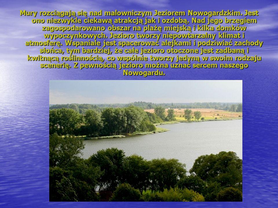Mury rozciągają się nad malowniczym Jeziorem Nowogardzkim.