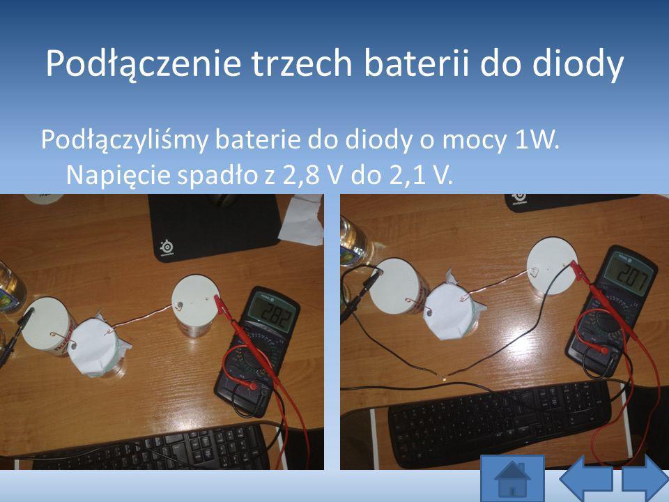 Podłączenie trzech baterii do diody Podłączyliśmy baterie do diody o mocy 1W. Napięcie spadło z 2,8 V do 2,1 V.