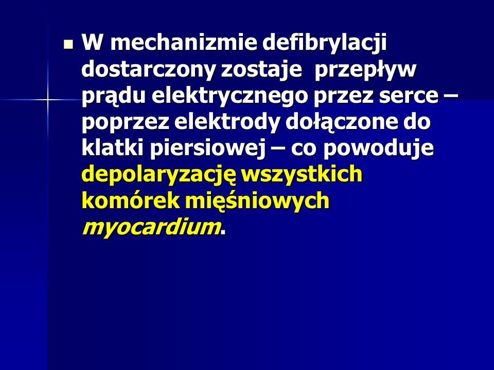 W mechanizmie defibrylacji dostarczony zostaje przepływ prądu elektrycznego przez serce – poprzez elektrody dołączone do klatki piersiowej – co powoduje depolaryzację wszystkich komórek mięśniowych myocardium.