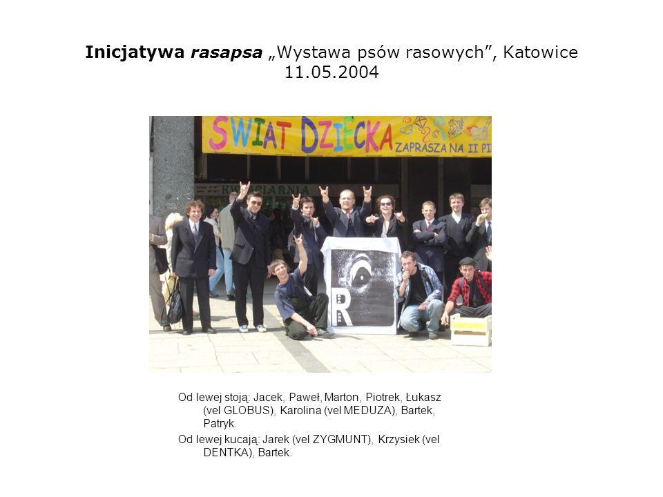 Inicjatywa rasapsa Wystawa psów rasowych, Katowice 11.05.2004 Od lewej stoją: Łukasz (vel GLOBUS), Paweł, Piotrek), Karolina (vel MEDUZA)- głowa, Patryk.