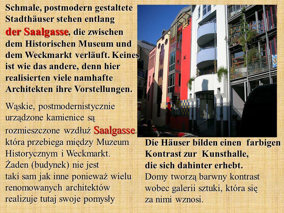 Die Häuser bilden einen farbigen Kontrast zur Kunsthalle, die sich dahinter erhebt.