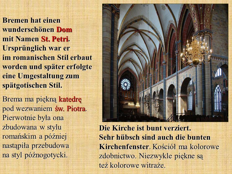 Die Kirche ist bunt verziert. Sehr hübsch sind auch die bunten Kirchenfenster. Kościół ma kolorowe zdobnictwo. Niezwykle piękne są też kolorowe witraż